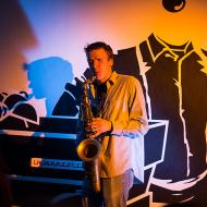 """Jazz w mieście / Derek Brown """"BEATbox SAX"""" / 19.04.2016 / Kap Kap Cafe, fot. Wojtek Kornet - zdjęcie 12/14"""